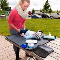 Hauck Wickelauflage 70x80cm fuer unterwegs 618332 schwarz Lifestyle Mama mit Baby auf Rastplatz