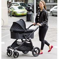 babyjogger city select kombikinderwagen mit deluxe babywanne 2016 black mama beim spaziergang Detail