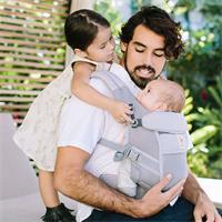 Mit Babytrage aus Mesh Gewebe weniger schnwitzen im Sommer | Ergobaby Adapt BCPEAPGREY