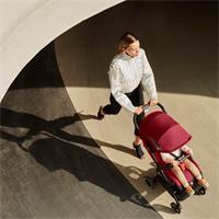 Qbit+ All Terrain Lifestylebild Mutter mit Kind im Buggy