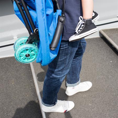 Quinny Buggy Yezz Das Leichtgewicht Design 2017 Bold Blue Lifestyle 02